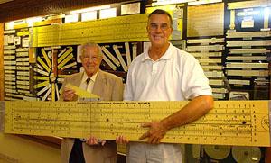 En twee mannen met een supergrote rekenlineaal