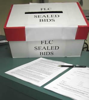 In Columbia worden bezittingen van belastingovertreders met een gesloten-bod-veiling verkocht.