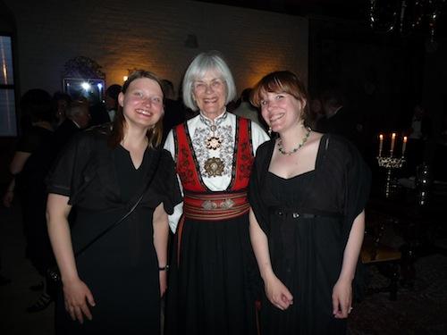 Een groot deel van de Noorse aanwezigen kwam in traditionele klederdracht. Zo ook Tora Aasland, de Noorse minister van Onderwijs en Onderzoek.
