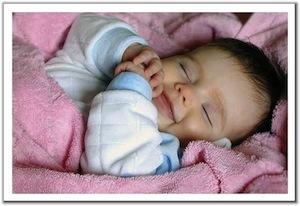 Voorbeeld van een zeer tevreden slapende baby. Het is niet bekend of er een kruikje onder de deken ligt.