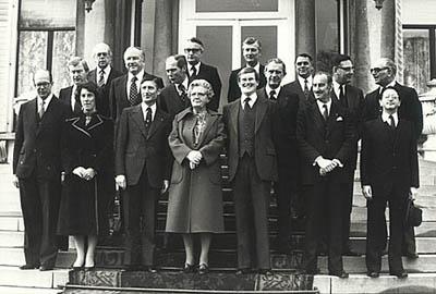 In 1977 duurde de formatie maar liefst 208 dagen. Hier staat dan eindelijk het eerste Kabinet-Van Agt op het bordes bij Koningin Juliana.