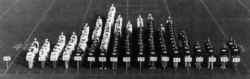143 studenten op lengte gesorteerd, is er een lezer die meer mensen bij elkaar kan krijgen voor een soortgelijke foto?